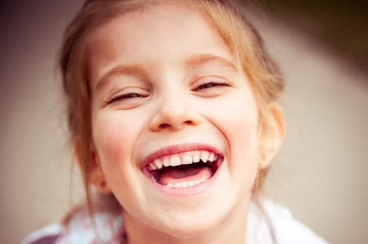 Vaikas šypsosi